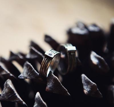 Обручальные кольца из пяти тоненьких колечек с камнем