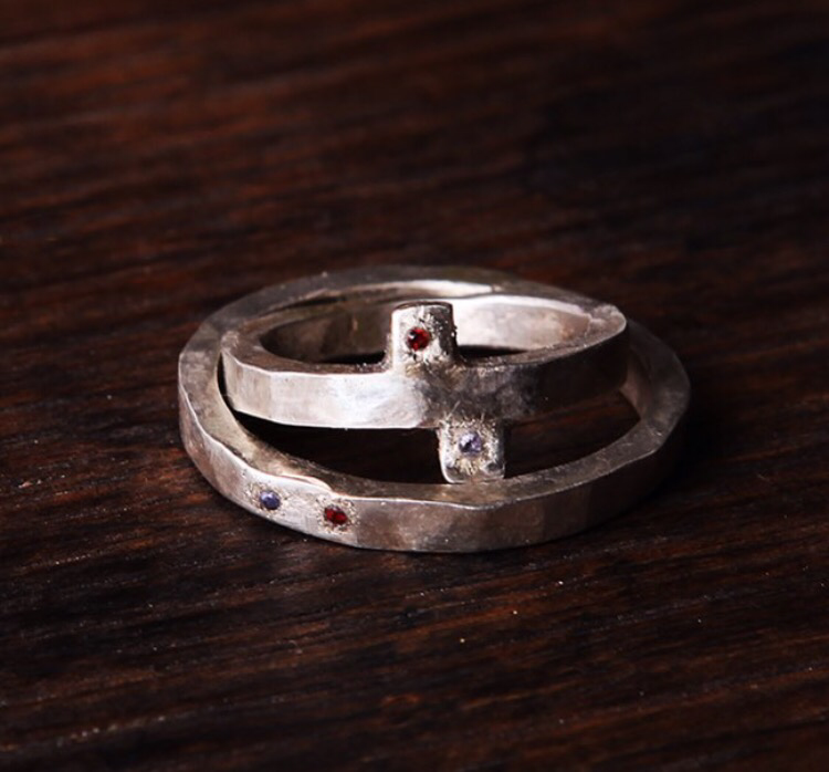 Обручальные кольца с маленькими ограненными камнями