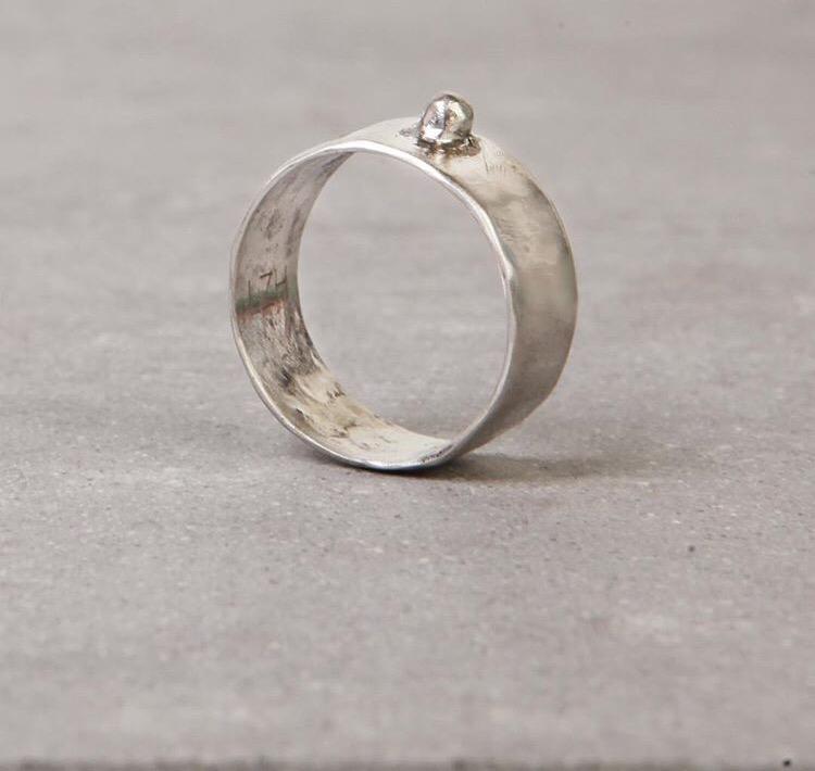 Серебряное широкое кольцо с шариком