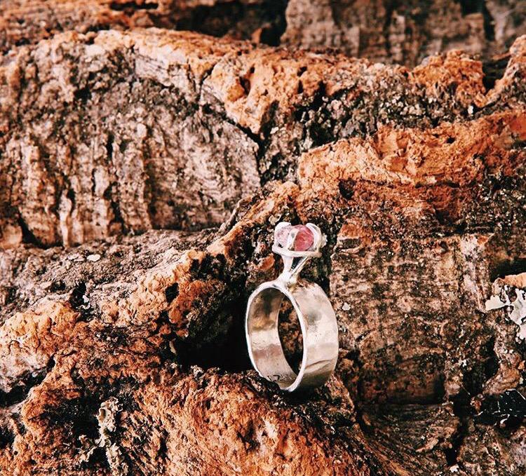 Серебряное широкое кольцо с турмалином