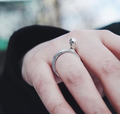 Серебряное толстое кольцо с серебряным кристаллом