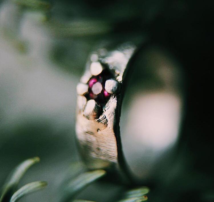 Широкое серебряное кольцо с ограненным аметистом