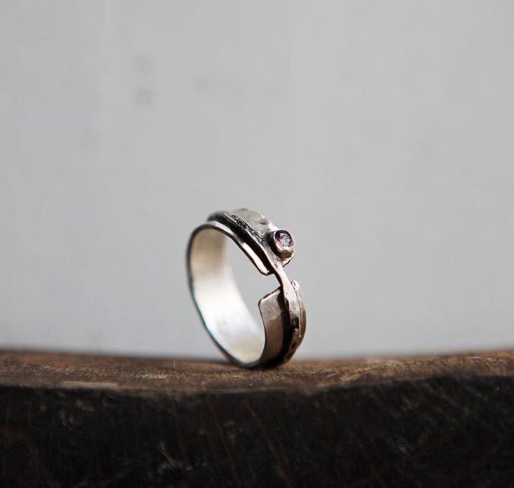 Широкое серебряное кольцо с маленьким ограненным гранатом