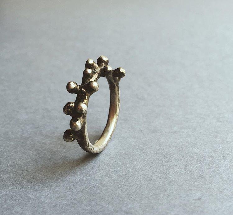 Серебряное кольцо с пупырышками и патинированием