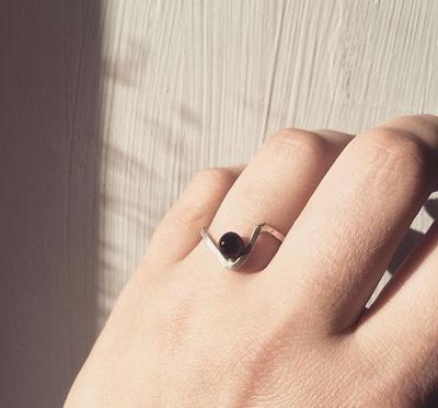Тонкое серебряное кольцо с жемчужиной