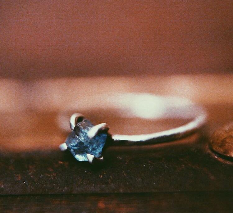 Серебряное кольцо с необработанным камнем