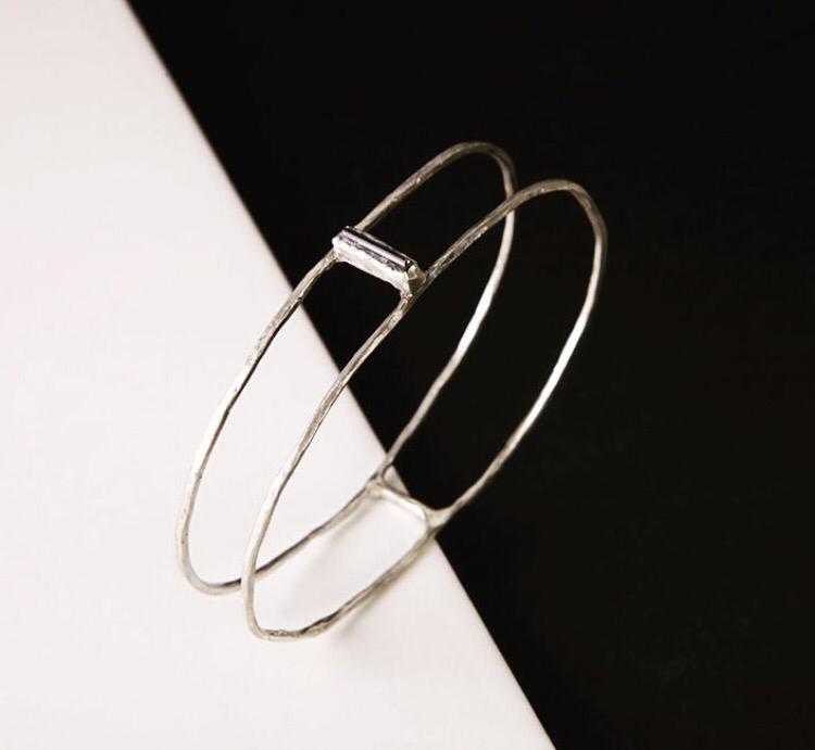 Двойной серебряный браслет с камнем