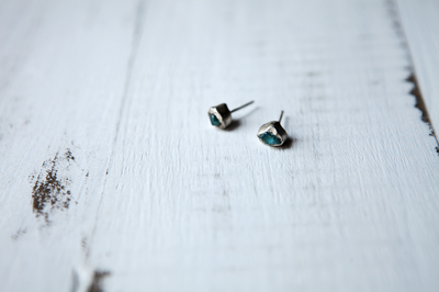 Серьги - гвоздики с камнями