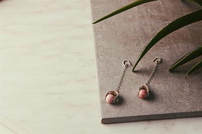 Серебряные серьги с подвижным шариком родонита