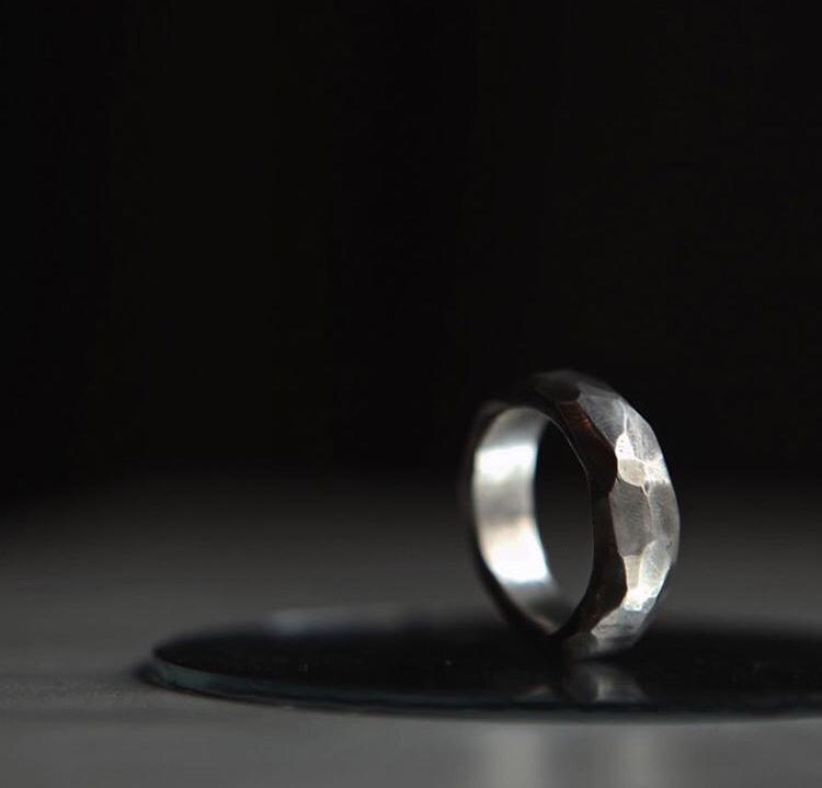Широкое серебряное кольцо с гранями