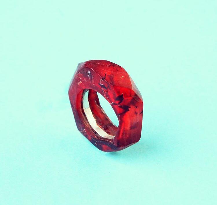 Серебряное кольцо из эпоксидной смолы с гранями и сухими листочками