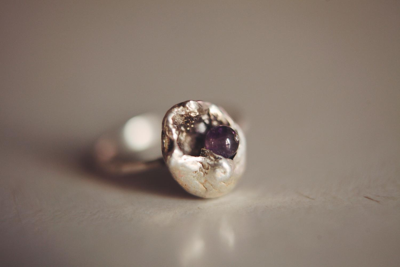 Серебряное кольцо с фиолетовым стеклянным шариком