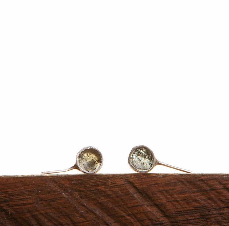 Серебряные серьги-гвоздики с эпоксидной смолой