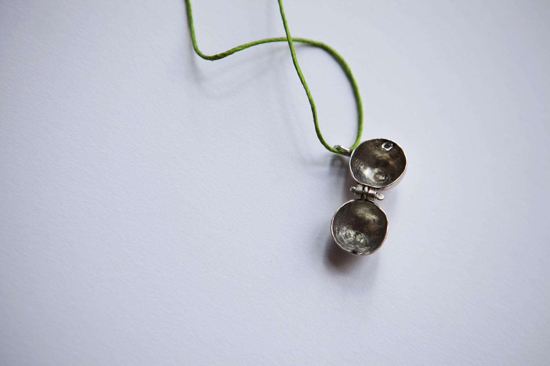 Подвеска - шарик с открывающимся механизмом