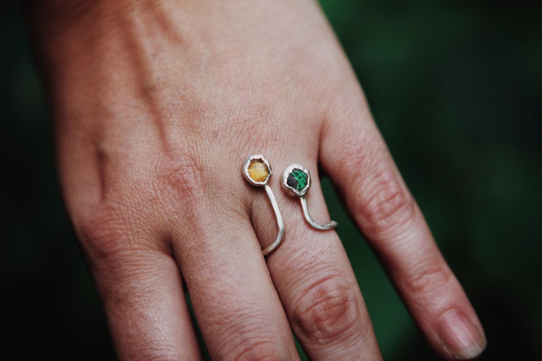 Кольцо с янтарём и уваровитом