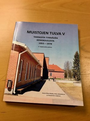 Muistojen tulva V – Tarinoita Tyrnävän keskikoulusta 1953-1978, 265 s., 2013