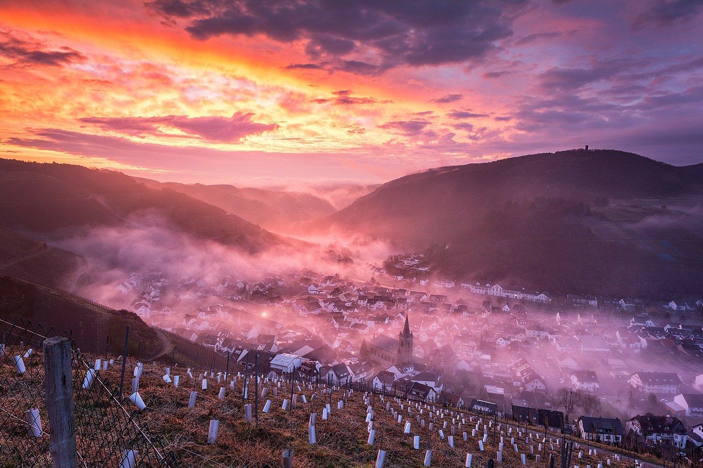 Glühender Sonnenaufgang über Dernau - Leinwand