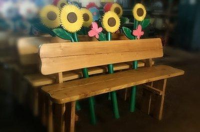 Bank mit Sonnenblumen