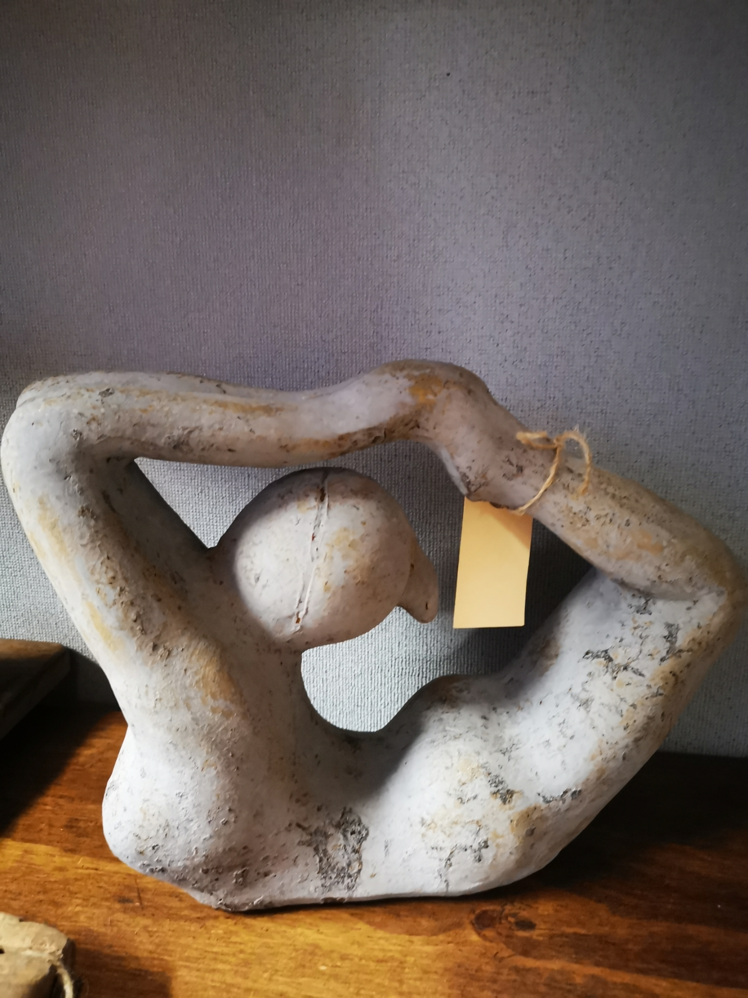 Vrouwenbeeld licht grijs 01326