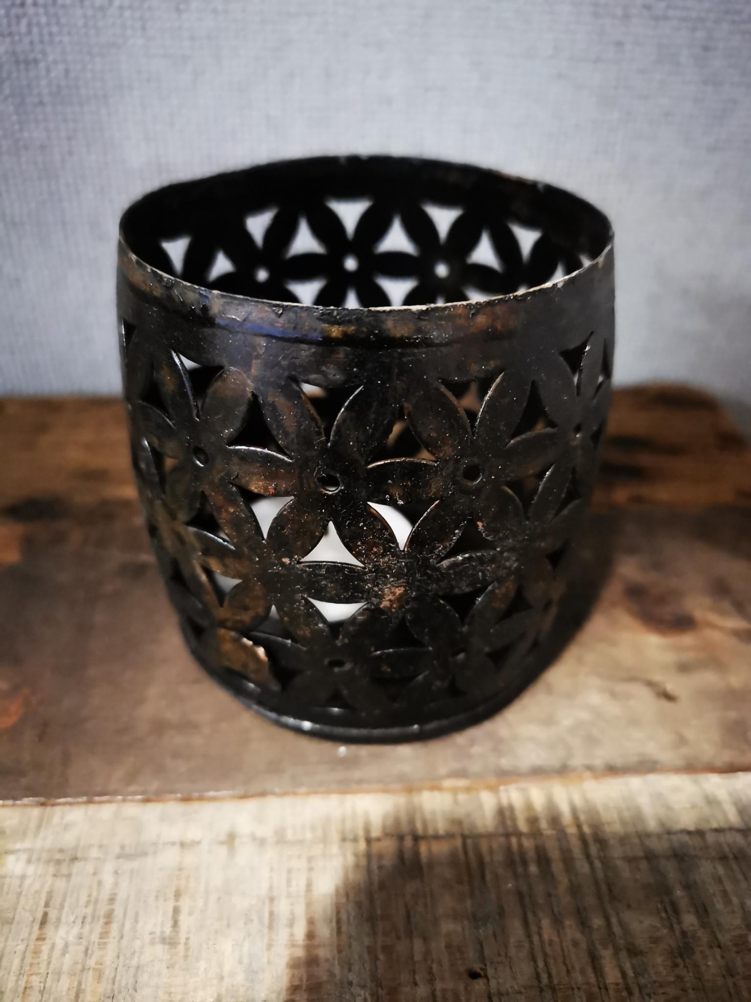 Metalen theelichthouder bewerkt