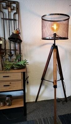 Houten driepoot vloerlamp met metalen kap