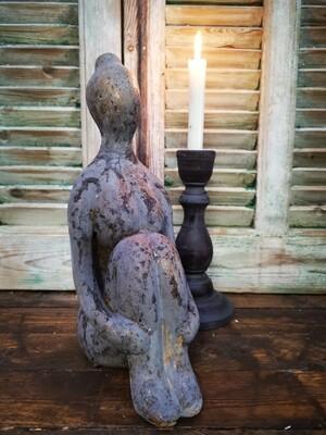Vrouwenbeeld opgetrokken knie