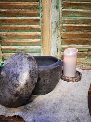 Stenen pot met deksel
