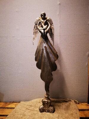 Metalen Engel staand met duif