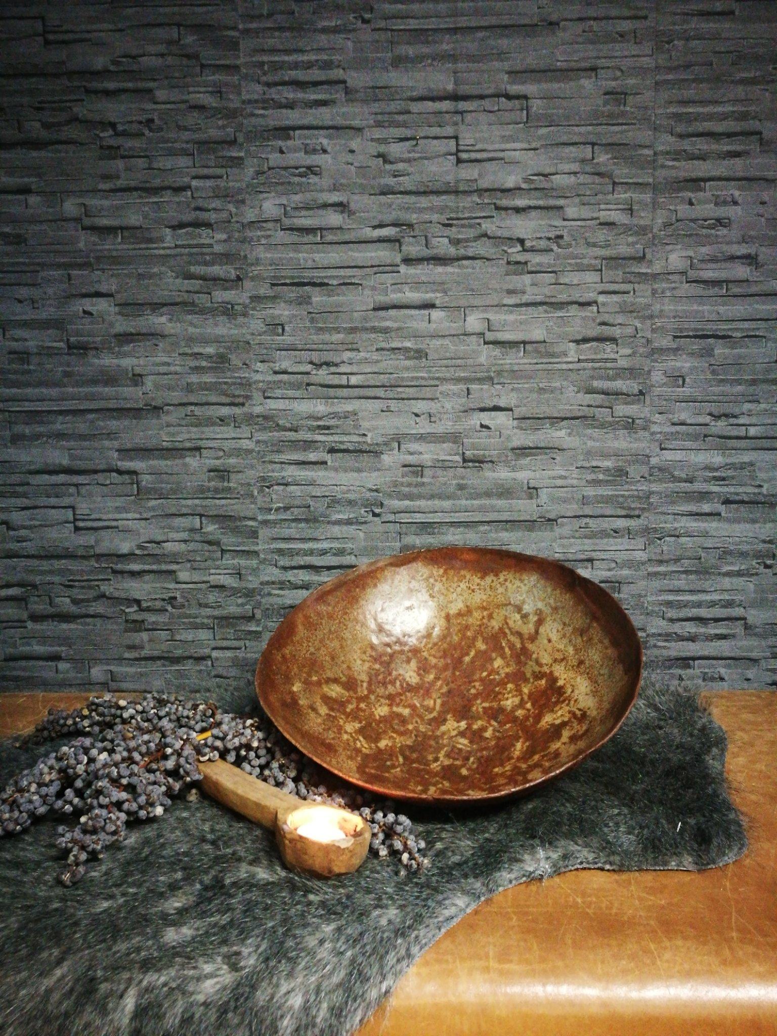 Roestige metalen schaal 00133