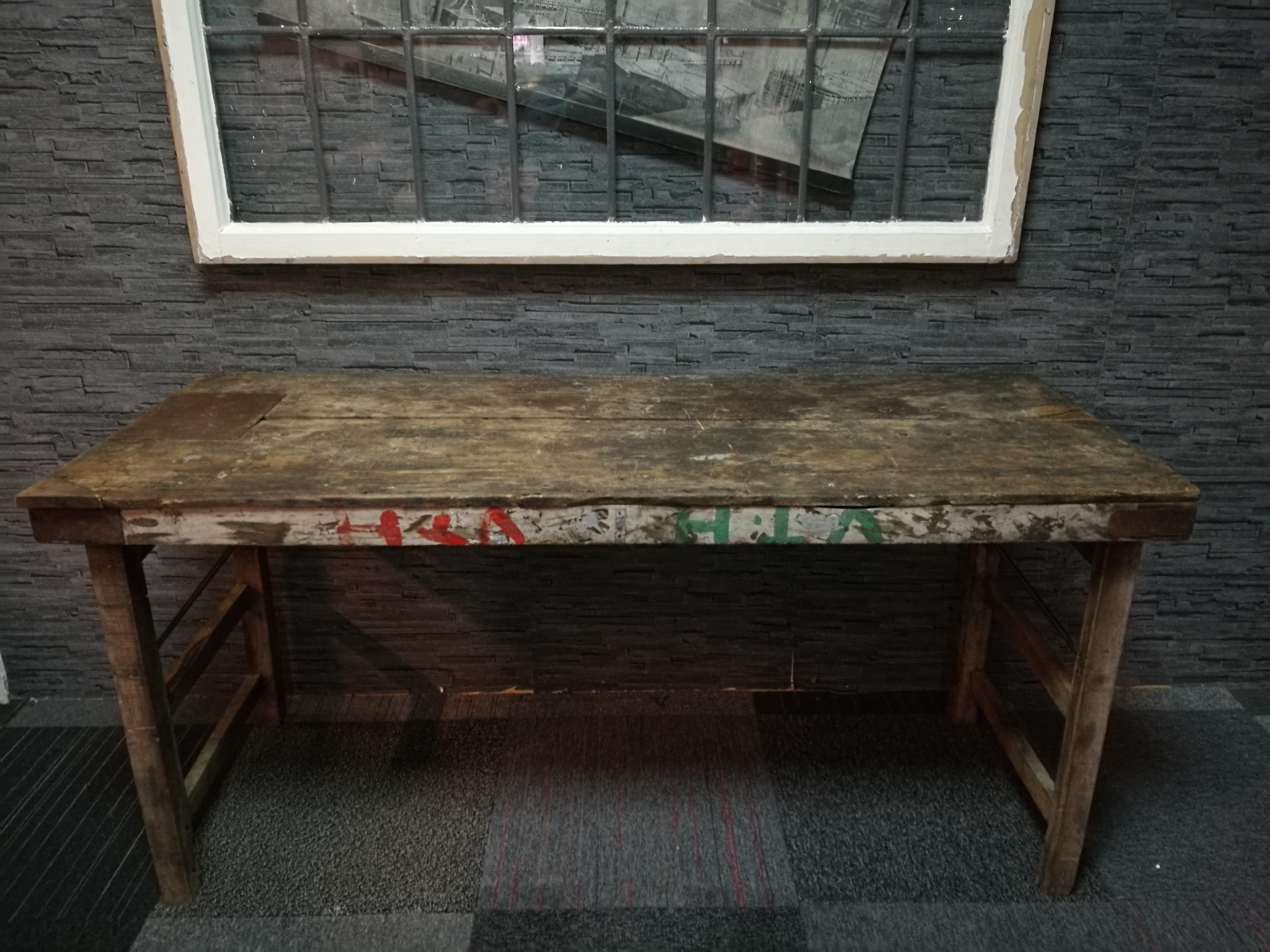Oude doorleefde markttafel 00620