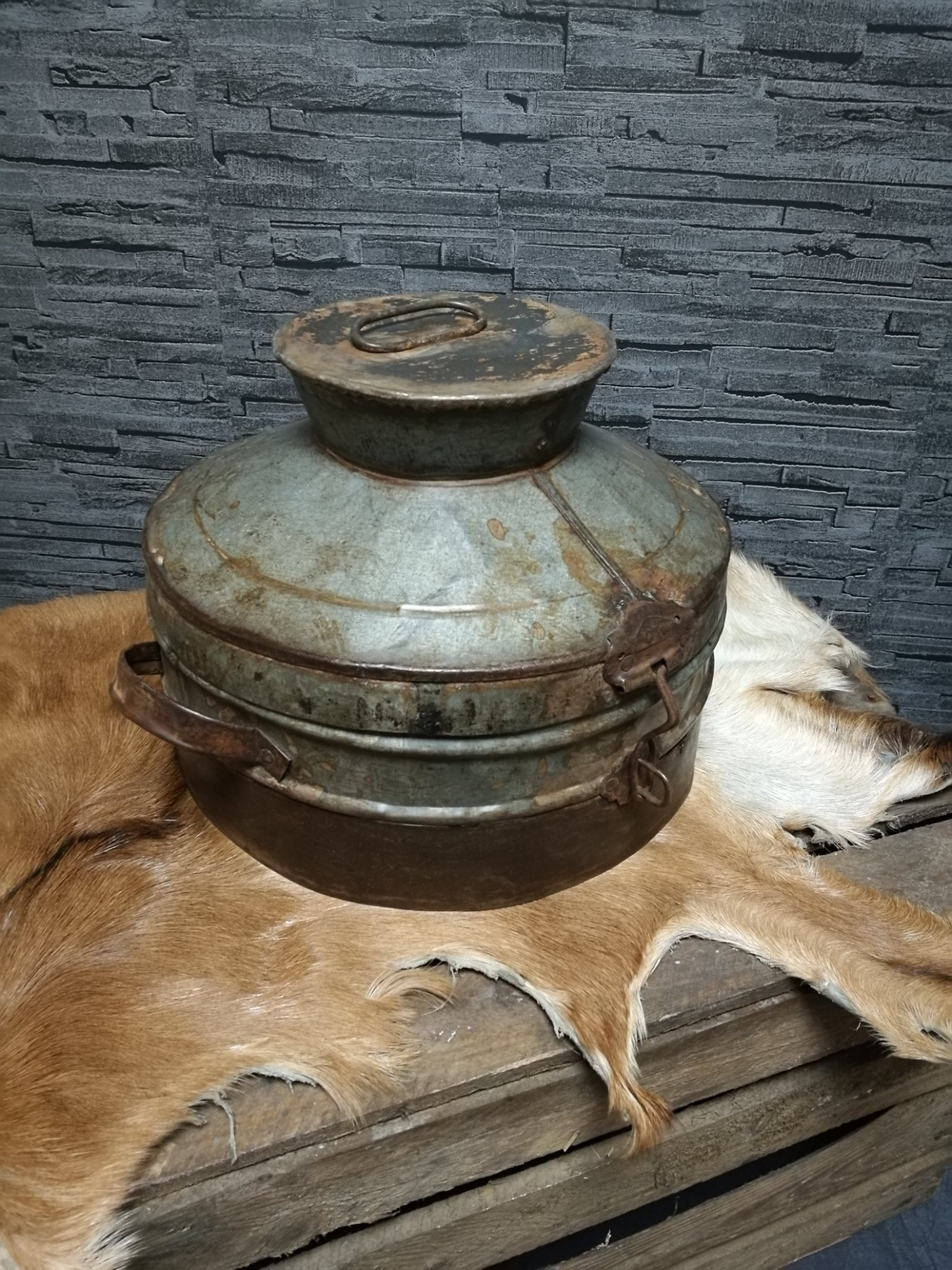 Oude metalen pot M 00960