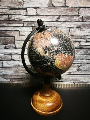 Wereldbol op voet zwart M