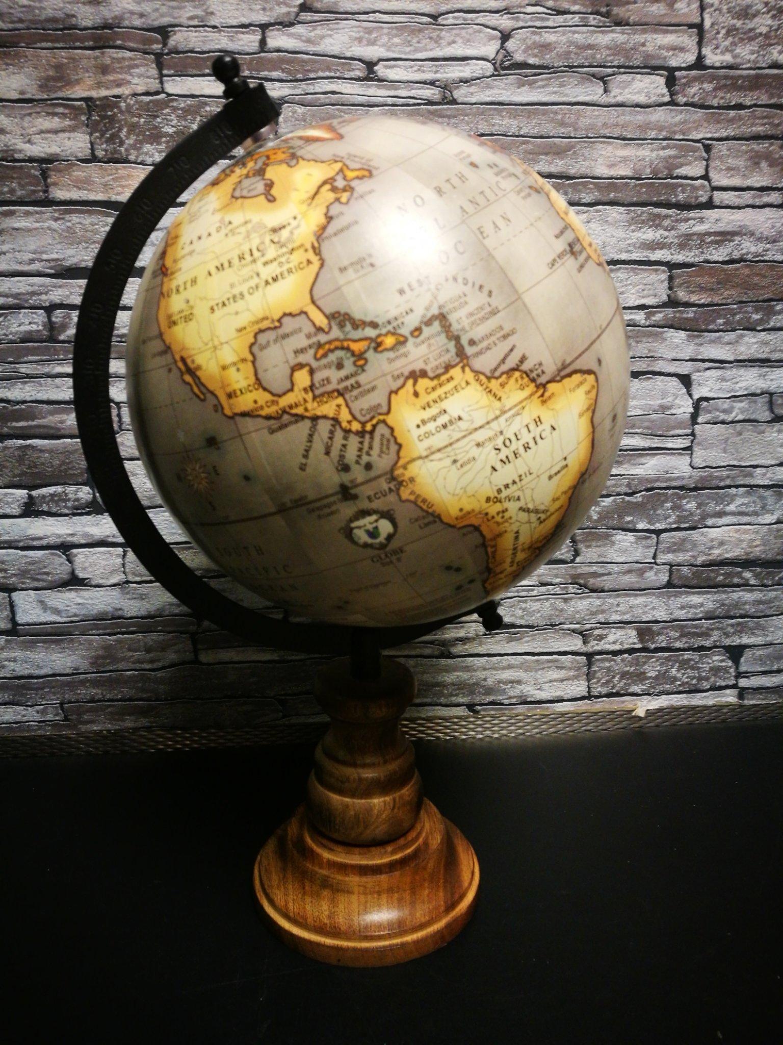Wereldbol  op voet Beige M 01126