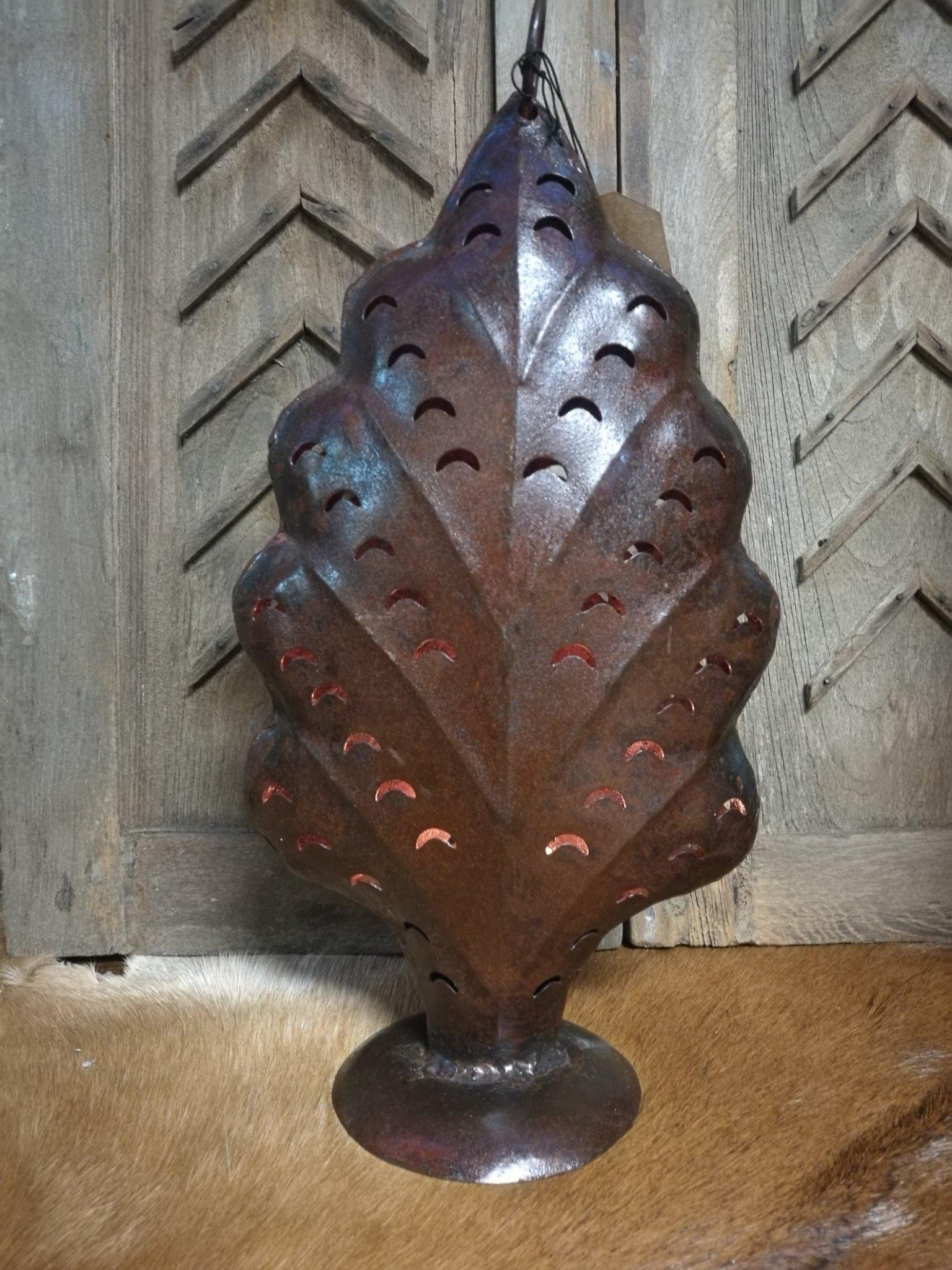 Roestige metalen kandelaar, dennenboom