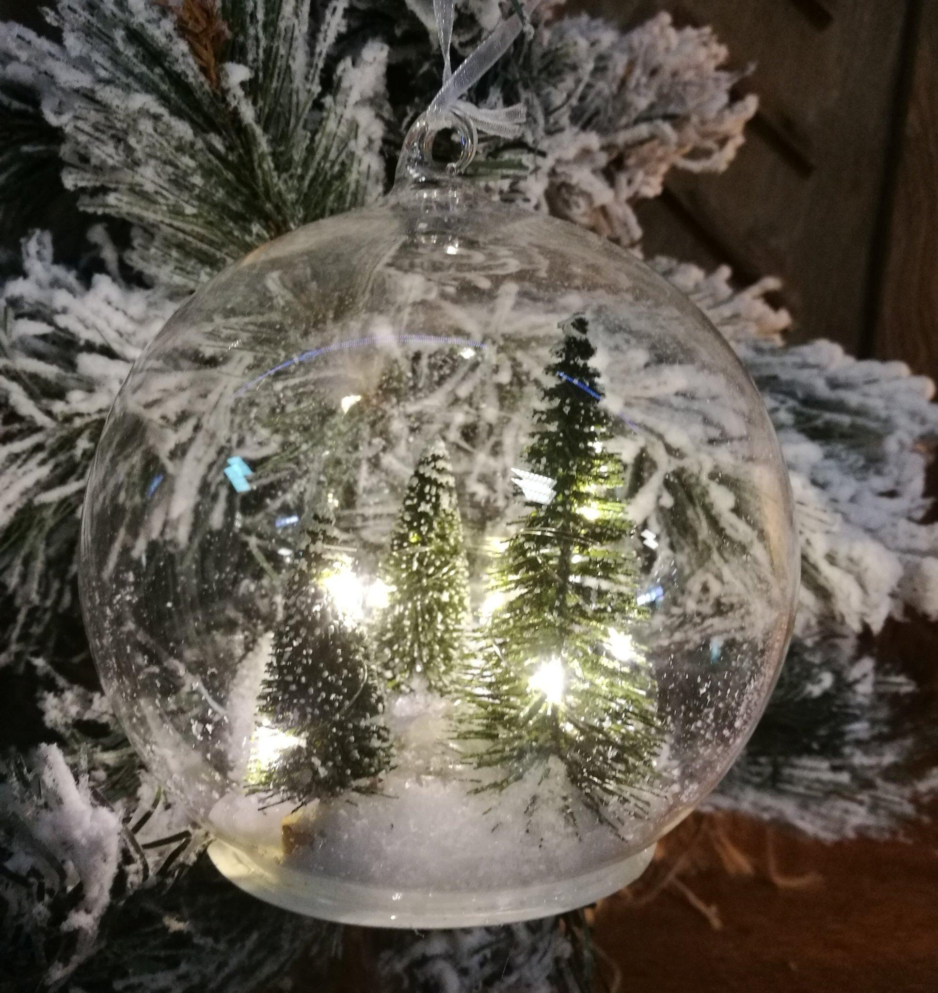 Glazen bal met led licht en dennenboom 01449