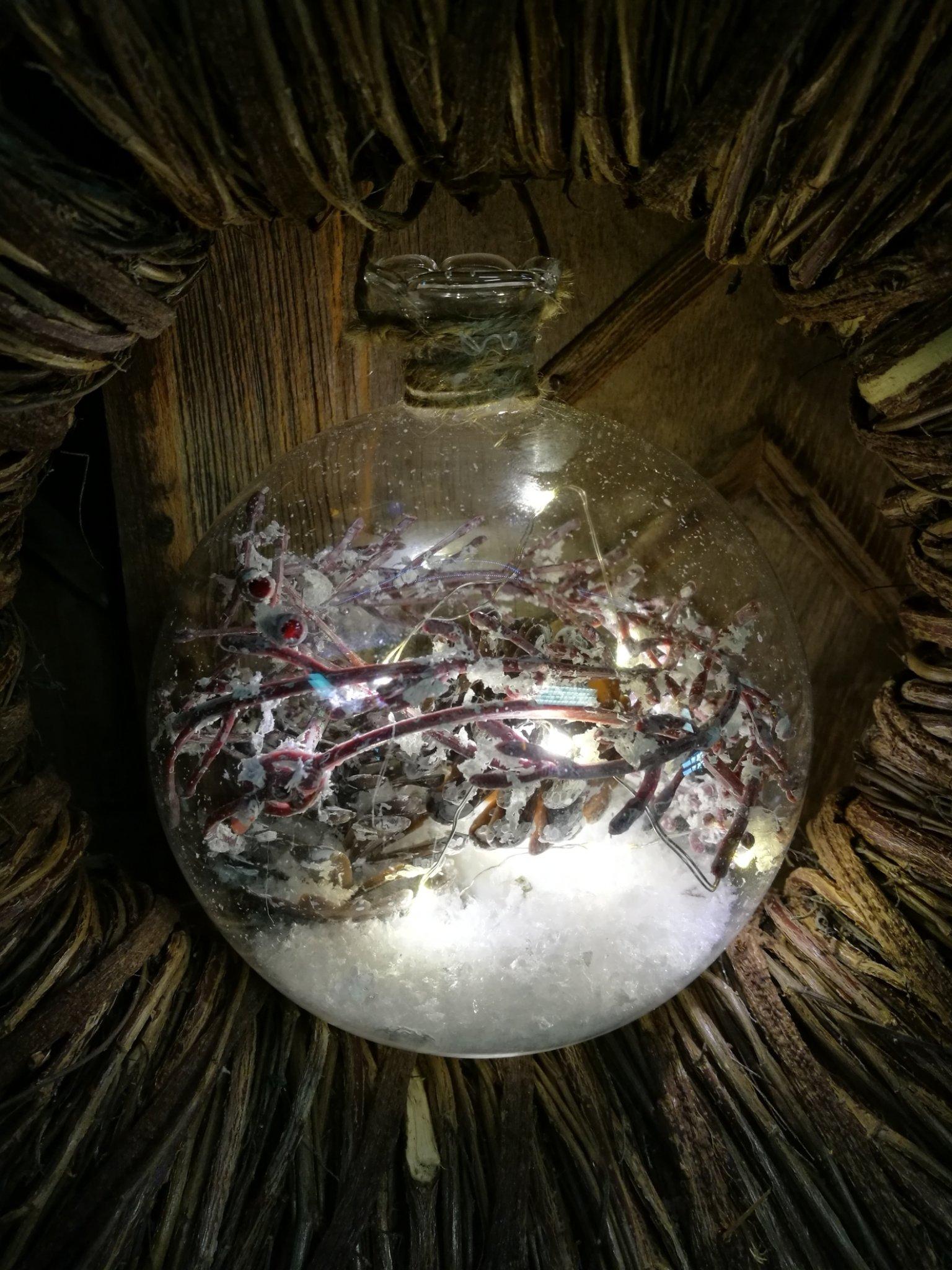 Glazen bal met led licht en dennenappel 01451