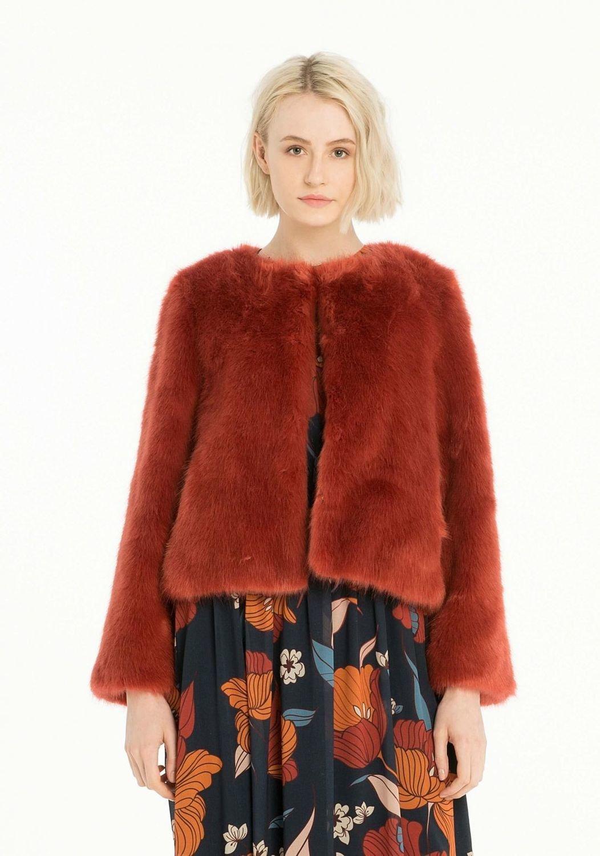 Giacca in eco-pelliccia Fracomina 030238d794e