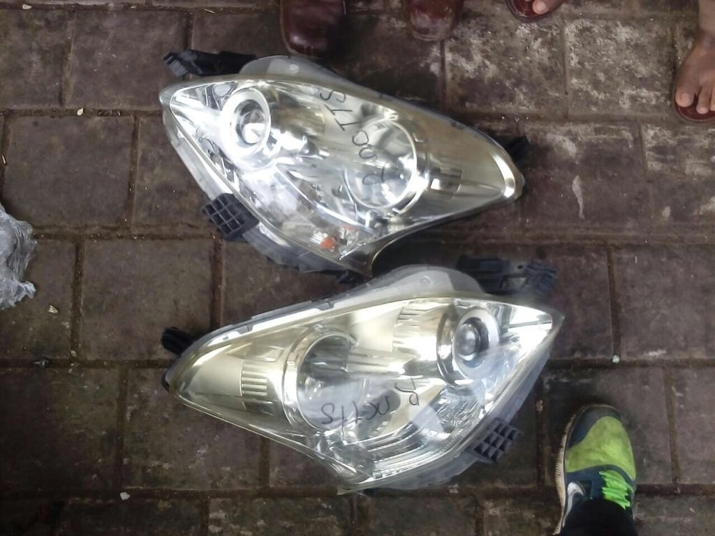 Toyota ractis Headlight 00215