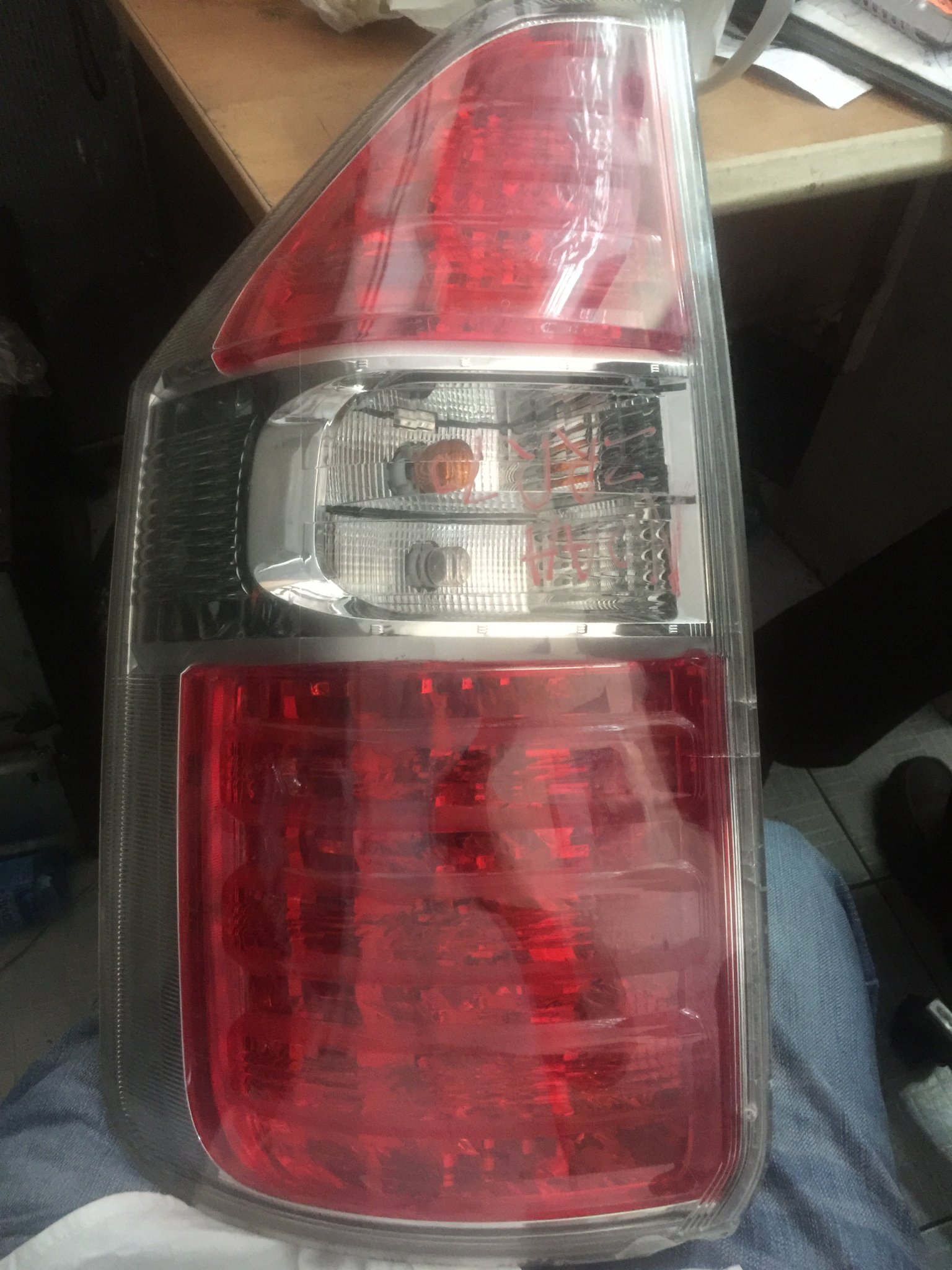 Toyota noah tail light Azr70