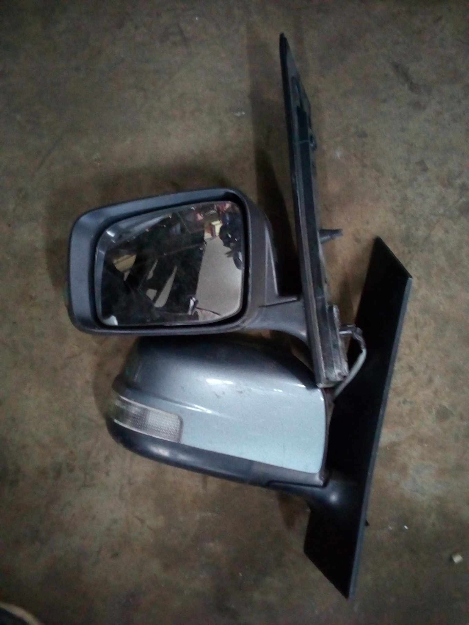 Nissan serena side mirror (with indicator ) 01131