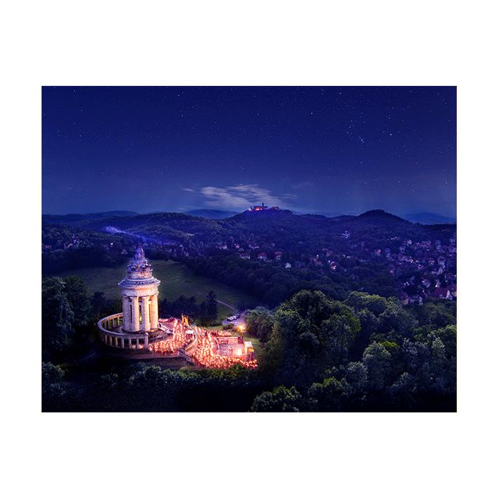 Burschenschaftsdenkmal bei Nacht beim Fackelzug (Plakat-Digitaldruck)