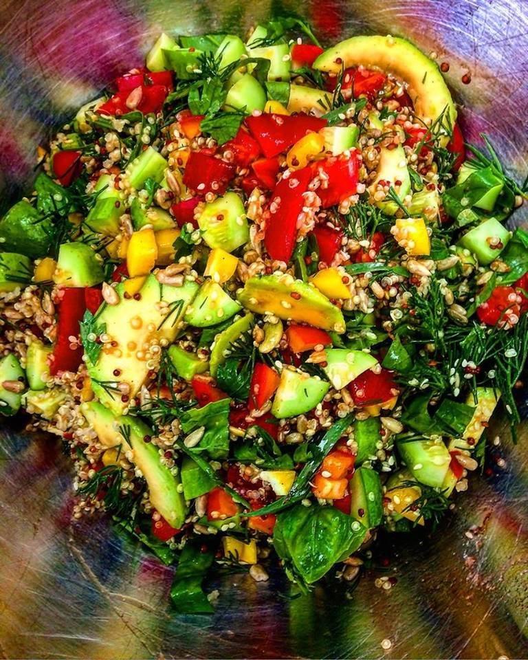 Салат Овощной с киноа, авокадо и зеленью