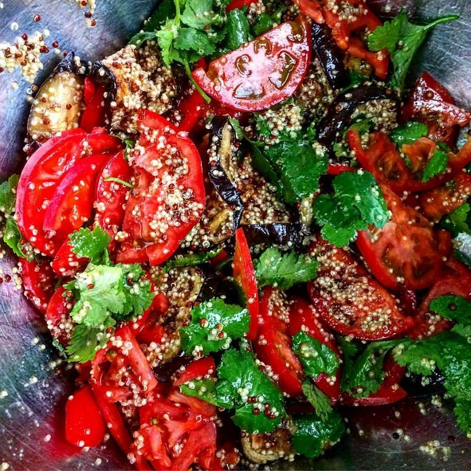 Салат с запеченными баклажанами,киноа и томатами