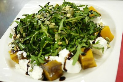 Салат с запеченной тыквой и абрикосовой заправкой