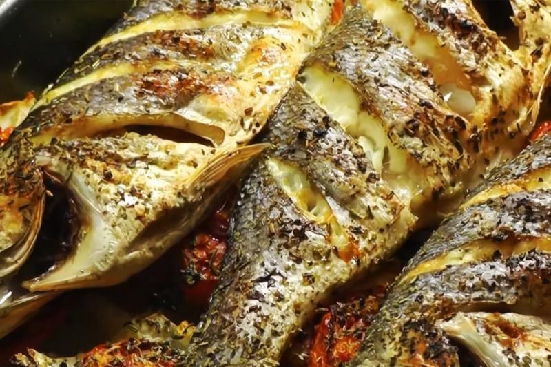 Горячее Запеченная морская рыба с травами