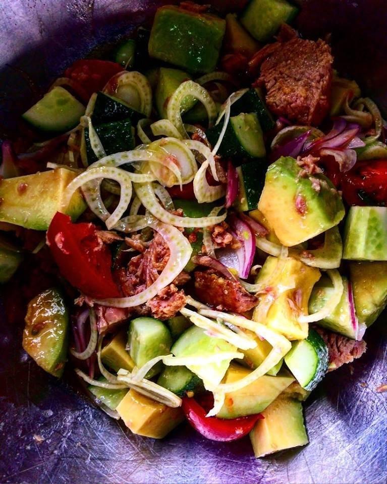 Салат с тунцом, авокадо, фенхелем