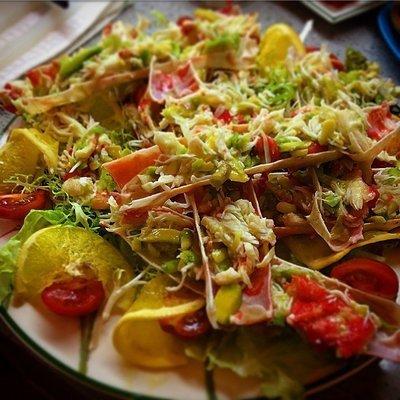 Крабовый салат с авокадо и мандаринами