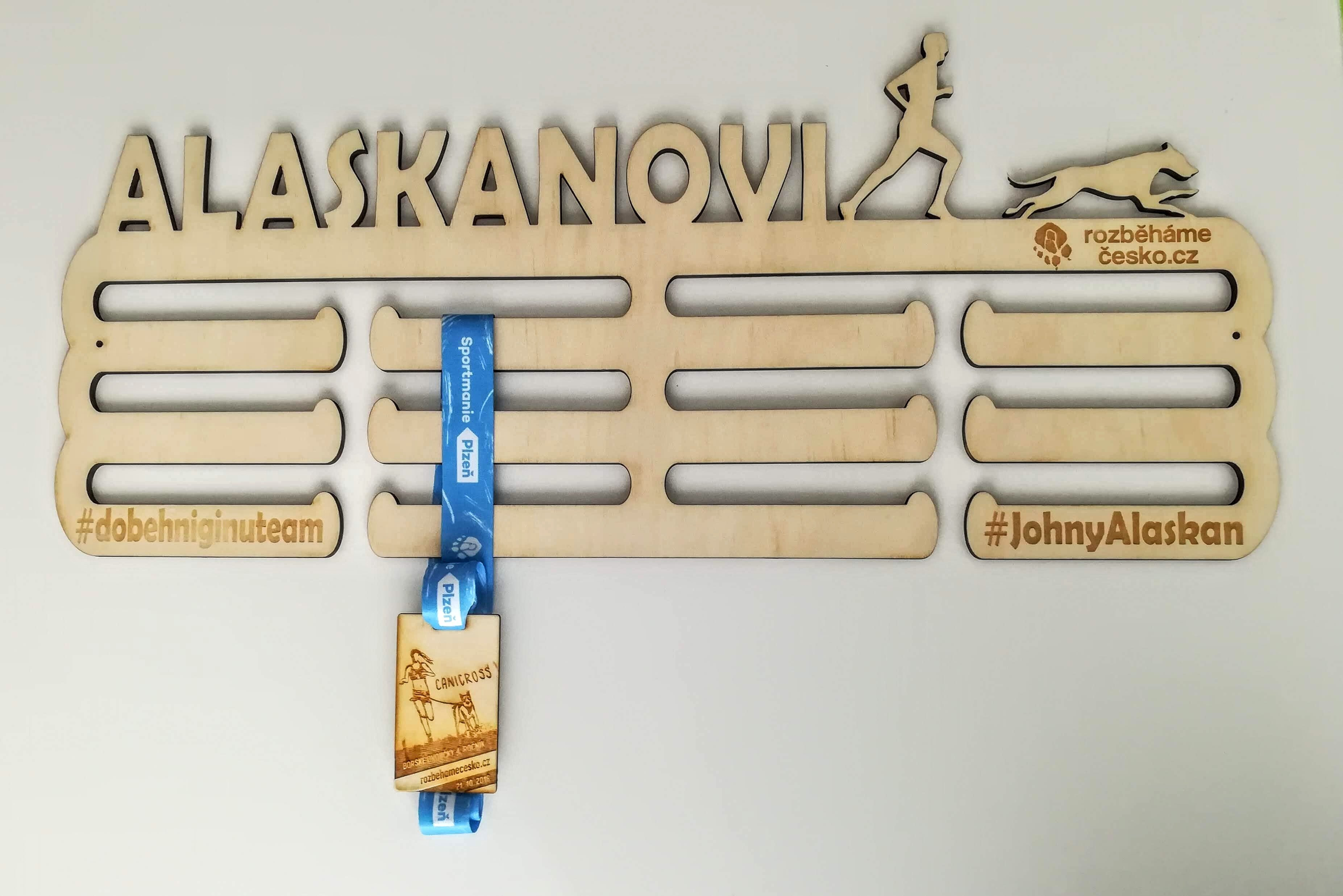 Dřevěný věšák na medaile 00124