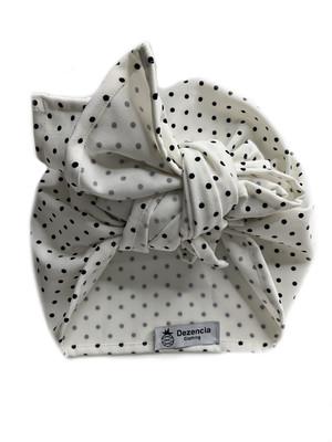 Turbante cubierto blanco topos negros