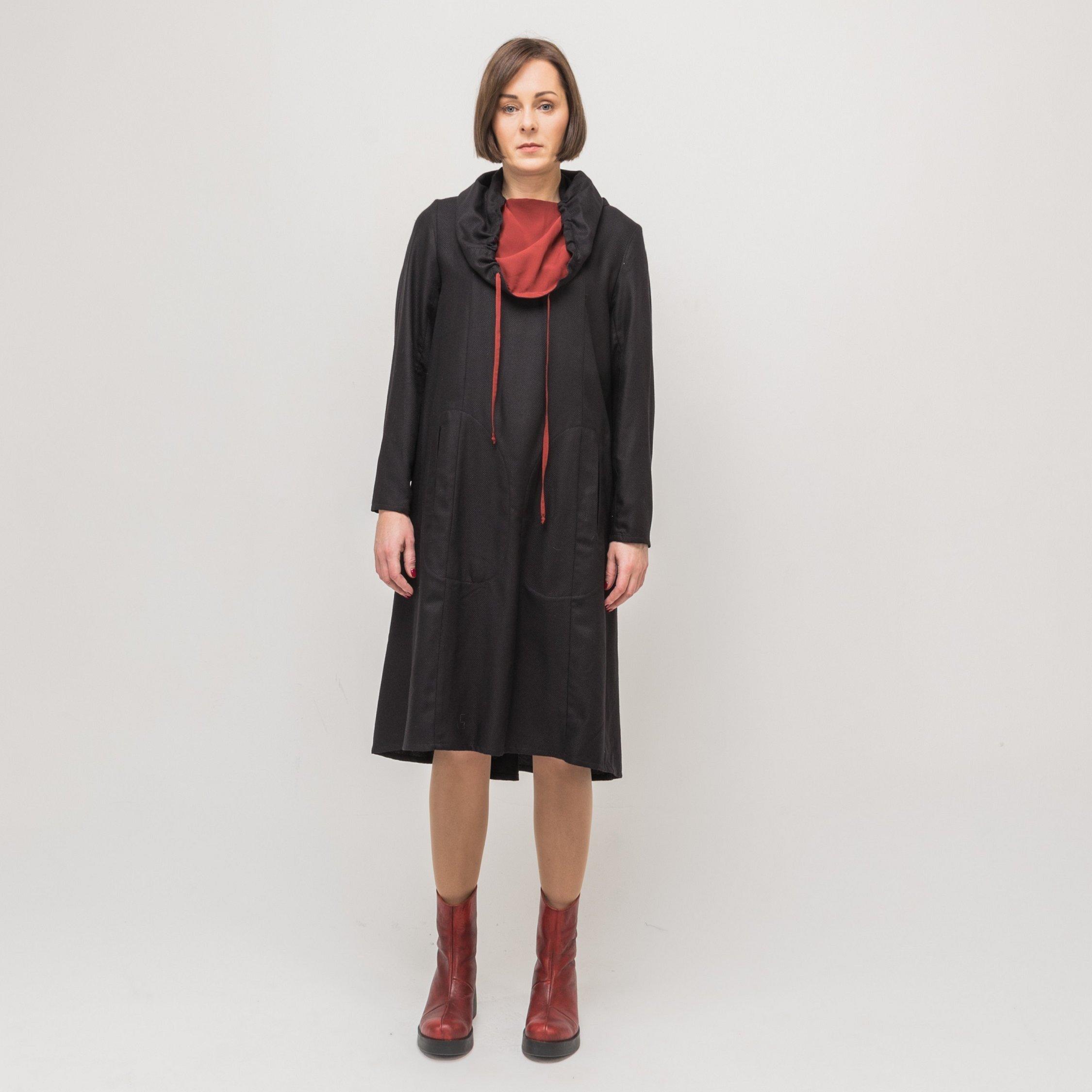 Платье черное с красным воротником